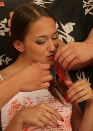 Русские парни развлекаются с одной девушкой - фото 4- фото 4- фото 4