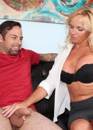 Опытная женщина знает, как доставить мужчине удовольствие одними только руками и применяет свои умения - фото 6