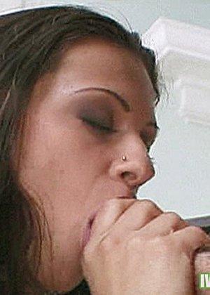 Горячая латинка дала мужику прямо в гостиной, он быстро отымел ее и оставил сперму на лице - фото 6