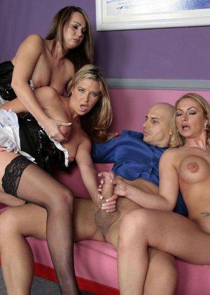 Три сексуальные красотки участвуют в фотосессии вместе с лысым мужчиной, которому ласкают член руками - фото 14