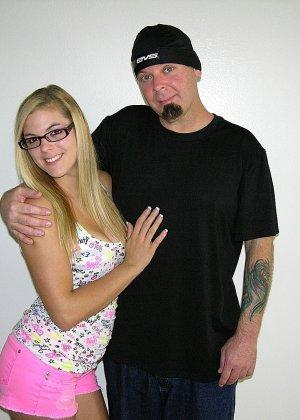 Блондинка в очках надрачивает писюн своего кавалера который любит её - фото 1