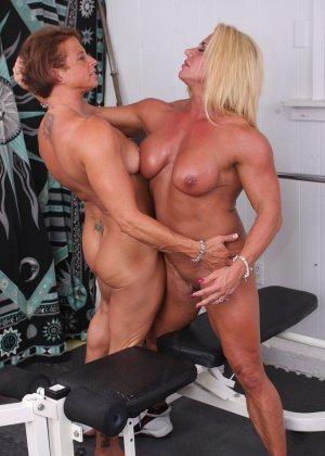 Два транса развлекаются друг с другом в спорт-зале, получая удовольствие от взаимных ласк - фото 18