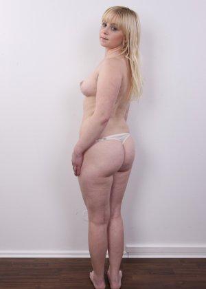 Блондинку на кастинге заставили оголить свое не очень красивое тело - фото 8