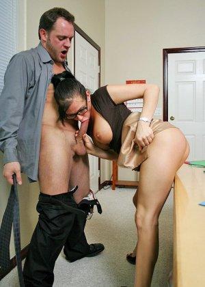 Грудастая секретарша оказалась озабоченной, и ебется с начальником сначала в пизду, а потом в жопу - фото 8