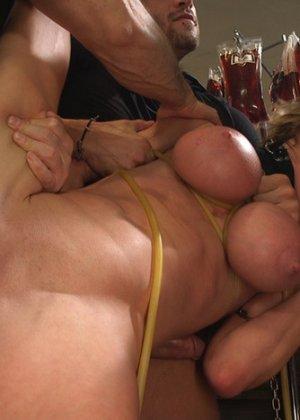 Развратная дамочка готова на многое ради получения удовольствия – даже принять несколько мужчин сразу - фото 7