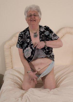 Пожилая женщина не сдает позиции и принимает участие в эротической фотосессии - фото 11