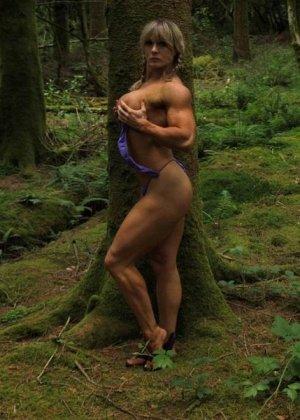 В лесной чаще можно насладиться подтянутым телом женщины, которая занимается бодибилдингом - фото 13