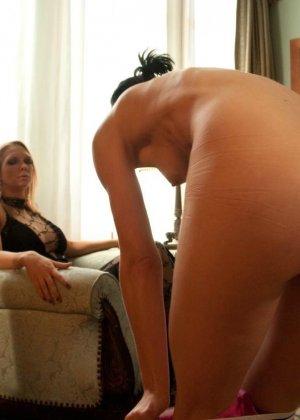 Рисковая дамочка разрешает испытывать свое тело на прочность с помощью некоторых предметов - фото 1