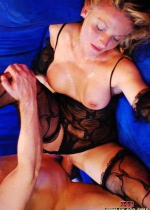 Уставшую блондинку жарят в два смычка пьяные друзья после клуба - фото 3