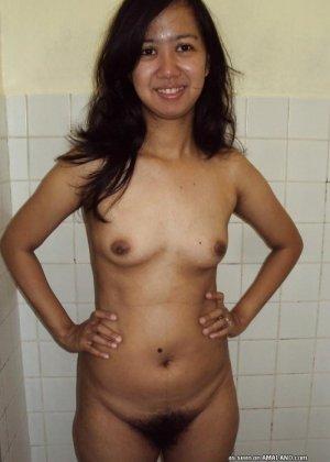 Молодая азиатская девчонка демонстрирует волосатую пизду без цензуры - фото 9