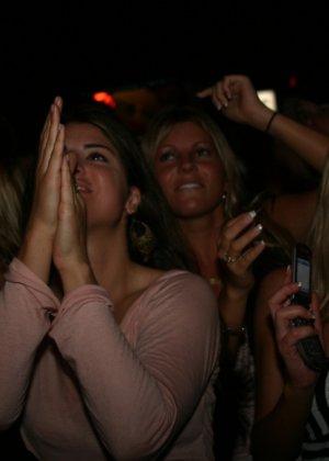 Пьяные девушки показывают свои обнаженные тела в стенах клуба - фото 13