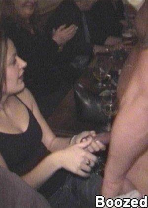 Девушки с красивыми голыми телами делают вкусный минет пьяным парням - фото 1