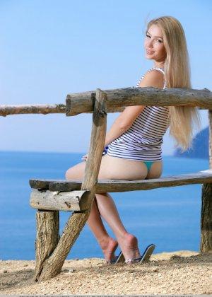 Прекрасная природа подвигла девушку на эротическую фото сессию - фото 10