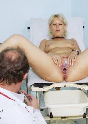 Опытный мужчина-гинеколог не только производит осмотр пациентке, но и доставляет ей удовольствие - фото 11