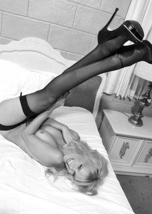 Германская модель Моника делает интимные фото в голом виде на камеру - фото 2