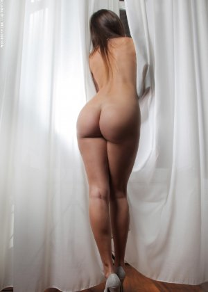 Молодая телка обнажает свою грудь и крутится во дому в голом виде - фото 31