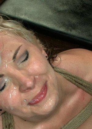 Блондинка показывает себя в полной красе – она готова принять в себя несколько членов и ублажить их - фото 23