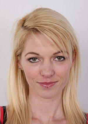 На чешском кастинге блондинка слушает все команды фотографа и раздевается - фото 2