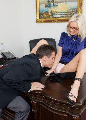 Телка вызывает своего подчиненного в кабинет, она не носит трусов, чтобы ее киску могли обработать без лишней суеты - фото 3