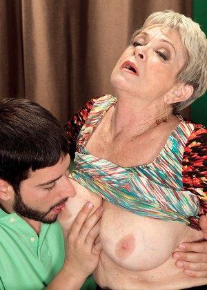 Зрелая проститутка вспоминает свою молодость и скачет на упругом члене брутального парня - фото 7