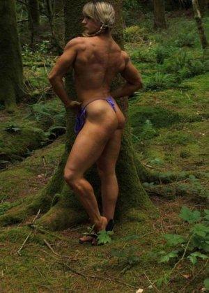 В лесной чаще можно насладиться подтянутым телом женщины, которая занимается бодибилдингом - фото 14