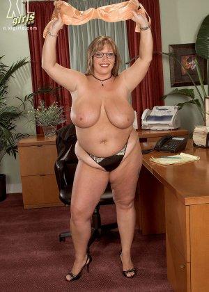 Женщина с огромными формами просто поражает своей внешностью, у нее нереальные объемы - фото 7