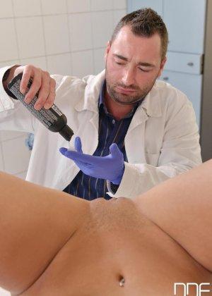 Не настоящий доктор выебал свою пациентку боком а потом кончил ей на киску - фото 5