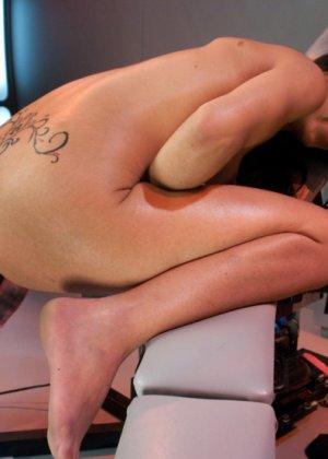 Брюнетка записалась на особые тренировки, там ей делают массаж вагины при помощи резинового члена - фото 9