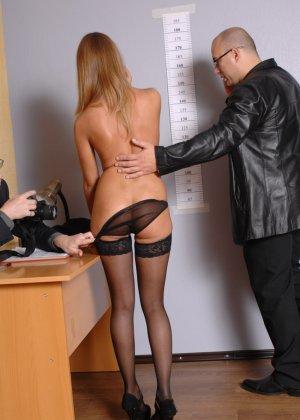 Девушка приходит в офис, а там развратный мужчина разрешает себя осмотреть со всех сторон - фото 7