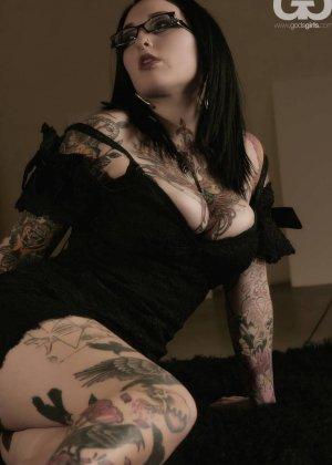 Телка БДСМ любит, когда ее связывают, она даже черные кожаные корсеты купила для этого случая - фото 1
