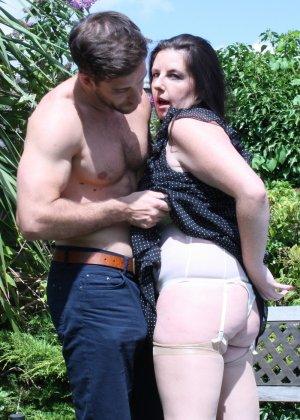 Пышная дамочка соблазняет симпатичного мужчину и с удовольствием отдается ему - фото 7