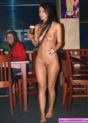 Сельские девки показывают всем свои голые сиськи, наверное, они хотят классного траха - фото 8