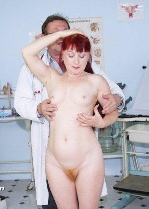 Женщина в возрасте встает в разные позы, чтобы дать развратному врачу рассмотреть себя везде - фото 3