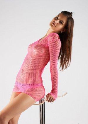 Сексуальная брюнетка в розовой сеточке дразнит собой - фото 3