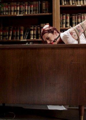 Сексуальную медсестру подвязывают к потолку и ебут в обе дырки, не снимая зажимы для сосков - фото 5