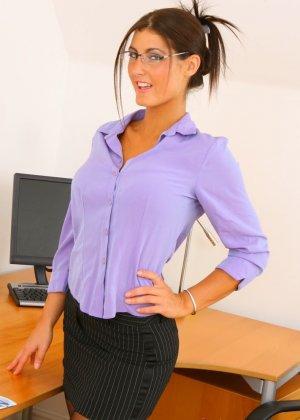 Эмма Твигг – обалденная брюнетка, которая показывает свою шикарную фигурку в офисном прикиде - фото 3