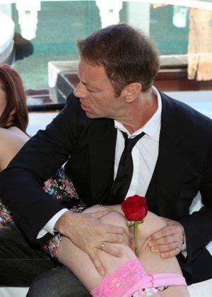 Знойная красотка Киера Винтерс наконец-то дождалась своему мужа из заграничной командировки и весь день ебалась с ним во дворе дома - фото 9