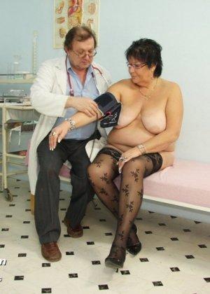 Пожилая женщина приходит на гинекологический осмотр и мужчина профессионально проводит прием - фото 3