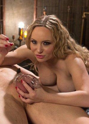Раб сидит в клетке, пока не приходит хозяйка с розовыми сосками, женщина оседлала член мужика и трахнула его в анал - фото 14