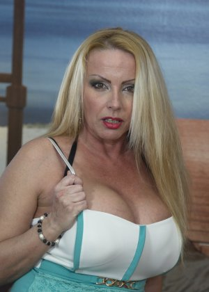 Блондинка с огромными сиськами оказалась профессиональной шлюшкой, которая отлично сосет и трахается во все щели - фото 2