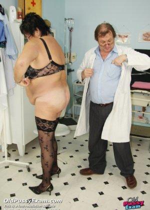 Зрелая женщина в теле показывает себя со всех сторон, доверив свое тело опытному специалисту - фото 14