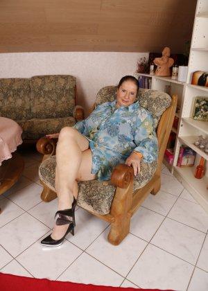 Зрелая леди с большой грудью соблазняет своих преданных поклонников - фото 4
