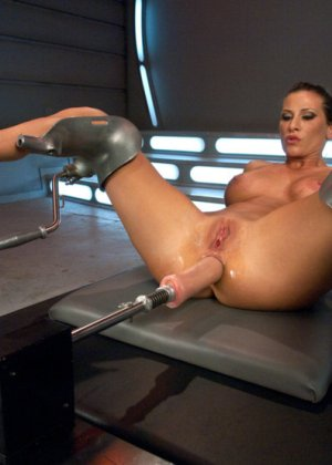 Телка согласилась на настоящее испытание, ее связали, а во все щели вставили мощные секс-машины - фото 2