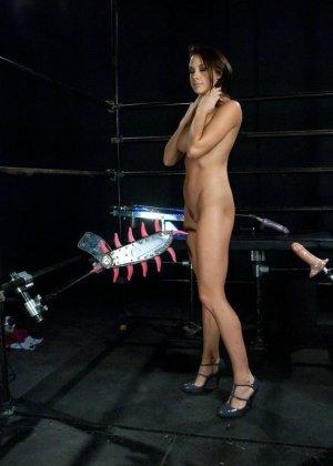 Девушка пробует на себе действие секс-машин - фото 12- фото 12- фото 12