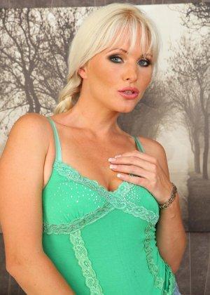 Опытная блондинка раздевается и начинает облизывать небольшой искусственный фаллос, который хотела бы ощутить внутри - фото 2