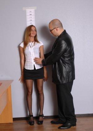 Девушка приходит в офис, а там развратный мужчина разрешает себя осмотреть со всех сторон - фото 3