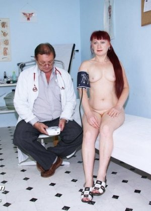 Ольга раздвигает ноги перед опытным гинекологом и разрешает произвести тщательный осмотр - фото 6