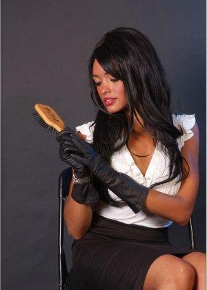 Сексапильная брюнетка работает секретаршей, она медленно снимет с себя блузку и оголит свои дойки - фото 5