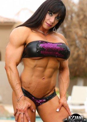 Марина Лопес обладает необыкновенно подтянутым телом, которое она так стремится показать всем - фото 1
