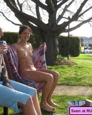 Пьяные девки с удовольствием оголяют свои большие буфера перед незнакомцами, сучки явно хотят траха - фото 5